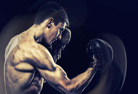boxeador: Retrato del boxeador posando en el estudio con guantes Foto de archivo