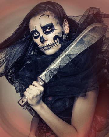 sabel: Zombie meisje in kanten kleding met een grote sabel Stockfoto