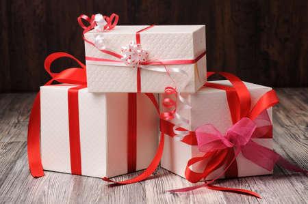 three gift boxes: Tres cajas de regalo en el suelo