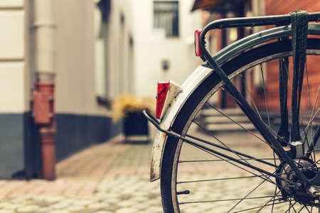 Wiel van een fiets in een stad