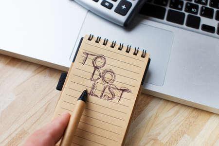 todo: Une liste de choses � faire et un ordinateur portable Banque d'images