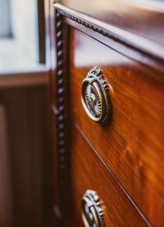 arredamento classico: Immagine di vecchio armadio elegante