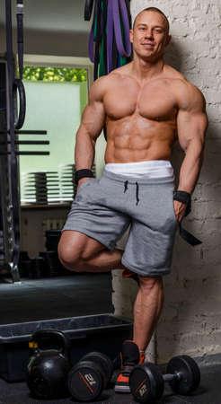 niples: Hombre fuerte culturista musculoso plantea y muestra sus m�sculos