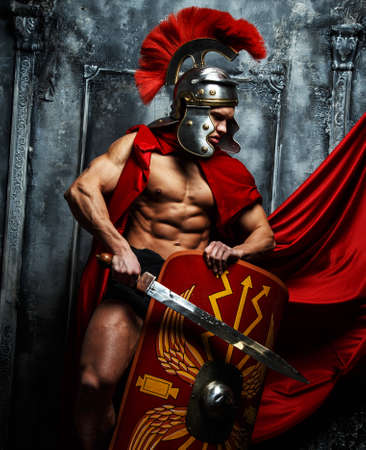 guerrero: Guerrero romano con cuerpo muscular que sostiene la espada y el escudo Foto de archivo