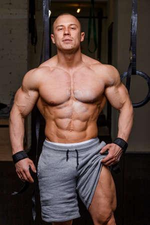 pezones: Hombre fuerte culturista musculoso plantea y muestra sus m�sculos