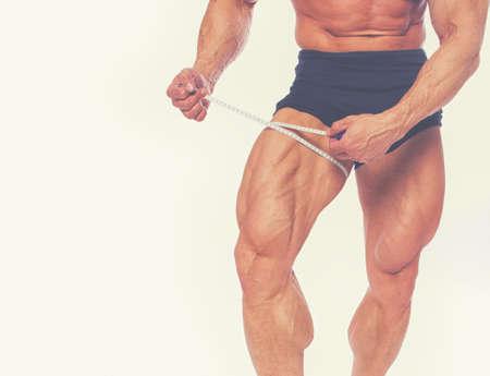 piernas hombre: Cerrar retrato de las piernas del hombre del m�sculo