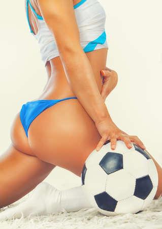 girls naked: Постановка соблазнительной девушки с мяч на меха, показывая ее прикладом