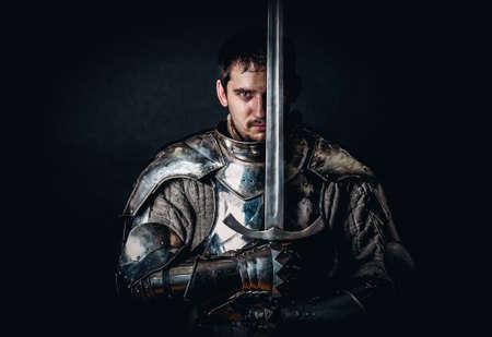 El relucir Caballero sosteniendo espada de dos manos Foto de archivo - 38815202