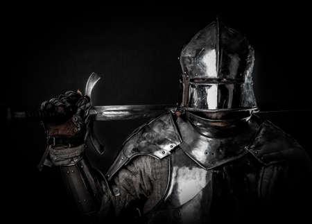Krachtige zware vechter met zwaard en helm Stockfoto
