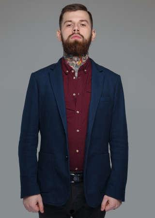 modelos hombres: Grave masculina en traje azul