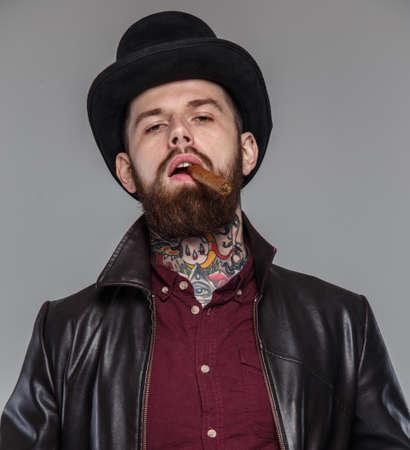tattoed: Masculina Tattoed con el cigarro en la boca Foto de archivo