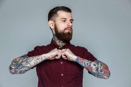 hombre desnudo: Apuesto hombre brutal con cuerpo tatuado