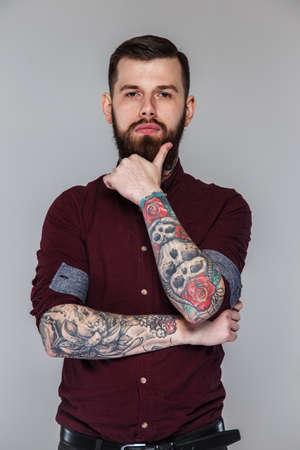 tattoed: Hombre con las manos tatuados, y posando barba
