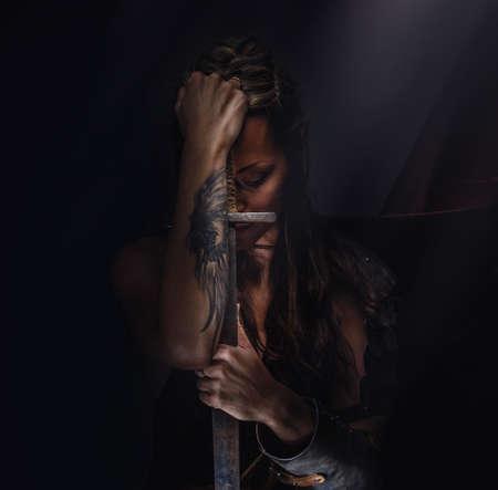Mooie vrouwelijke krijger elf met zwaard Stockfoto