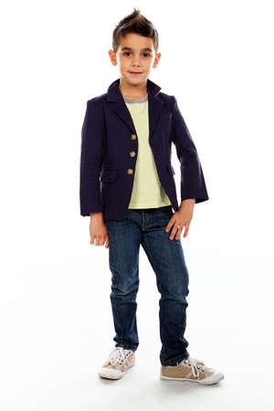 niño parado: Muchacho que presenta en el estudio aislado en blanco.