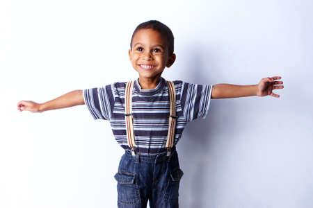 niños negros: Niño feliz africano negro en estudio.