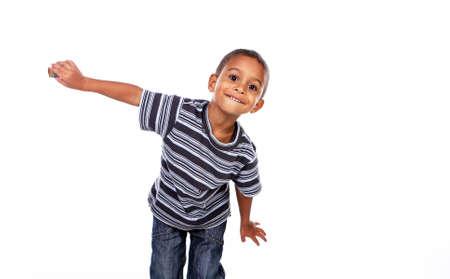 mannequin africain: Heureux enfant noir africain en studio isolé sur blanc. Banque d'images