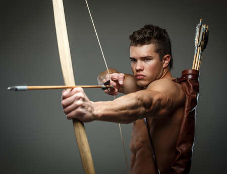 romano: Gladiador herido con arco aislado en gris. Foto de archivo