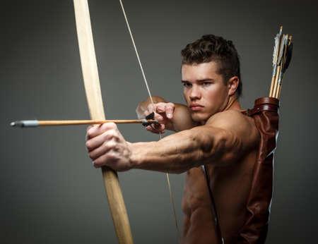Gladiatore ferito con fiocco isolato su grigio.