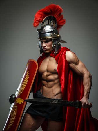 romano: Guerrero de Roma con la espada y el escudo. Foto de archivo