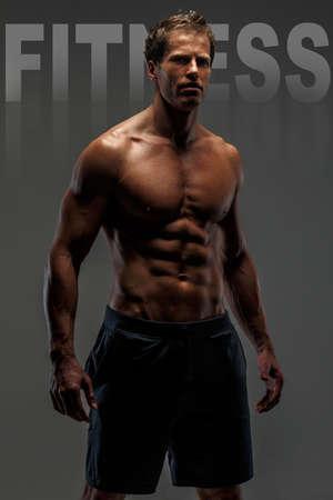 männer nackt: Fantastische muskulösen weiblichen in schwarzen Shorts mit nackten Oberkörper. Text auf Foto - Fitness