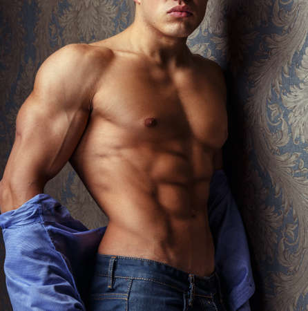 ojos azules: Retrato de la manera del hombre cuerpo en camisa azul.