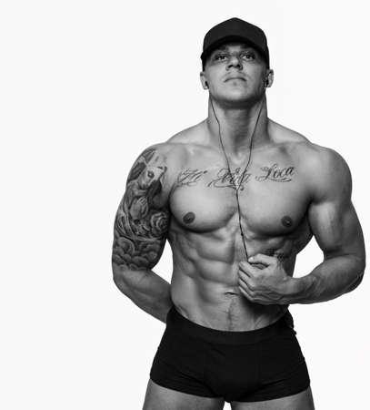 sin camisa: Hombres musculosos con tatuajes aislados en blanco