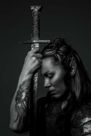 엘프 여자와 칼입니다. 흑백 사진