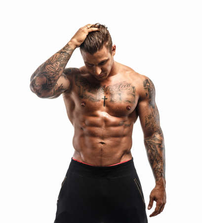 hombres sin camisa: Masculino muscular tatuado en el fondo blanco