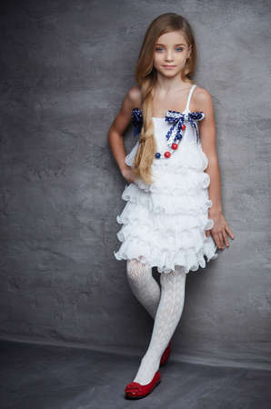 Vestido blanco con zapatos rojos