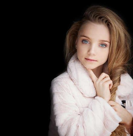 bata blanca: Retrato de la chica joven de moda en la capa blanca con el pelo largo