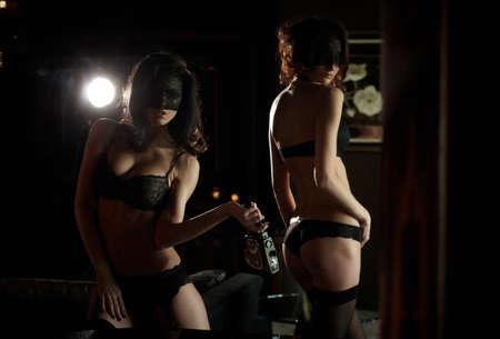 sexo pareja joven: Dos chicas en ropa interior posando saxy en apartamentos de moda Foto de archivo