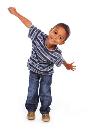 enfant qui joue: Petit enfant africain américain posant en studio sur fond blanc