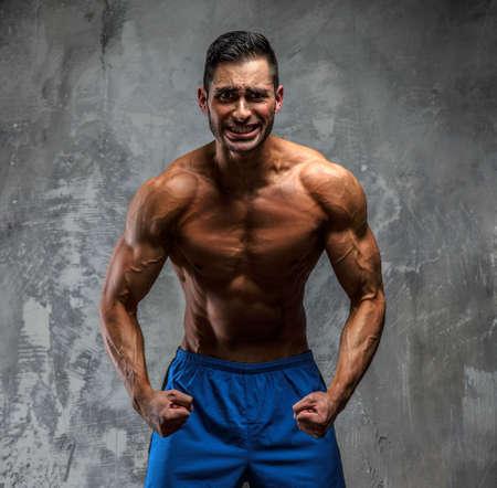 shirtless guy: Hombre sin camisa muscular que presenta en el estudio Foto de archivo
