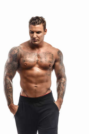 Brutal shirtless tattoed man. Geïsoleerd op witte achtergrond