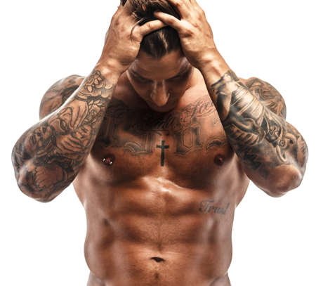 스튜디오에서 포즈 근육 남자 문신. 흰색 배경에 고립