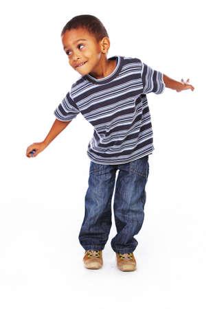Kleine Afro-Amerikaanse jongen die zich voordeed in de studio op een witte achtergrond