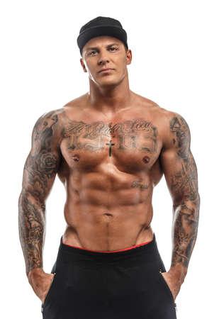 흰색 배경에 고립 된 근육이 문신을 벗은 남자