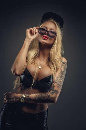 girls naked: Сексуальная блондинка женщина в очках позирует на сером фоне.