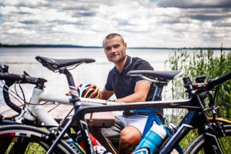 cycles: Dos ciclos frente a la sonrisa chico. Foto de archivo