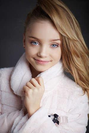 bata blanca: Retrato de feliz ni�a rubia con ojos azules en bata blanca.