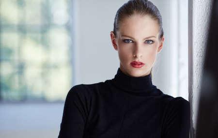 Portret van luxe brunette vrouw in zwarte trui. Stockfoto