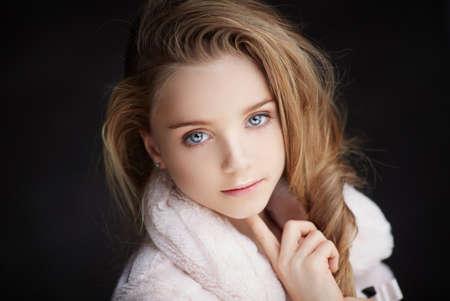 bata blanca: Horizontal retrato de la joven con los ojos azules en bata blanca. Foto de archivo
