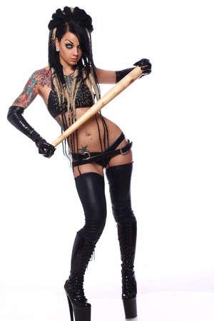 ropa interior: Sexy chica emo en ropa interior negro sostiene un bate de béisbol. Aislado sobre fondo blanco.