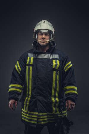 bombero: Rescate Bombero en uniforme y casco blanco.