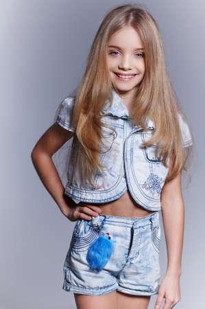 blonde yeux bleus: Sourire petite fille avec de longs cheveux blonds et les yeux bleus. Banque d'images