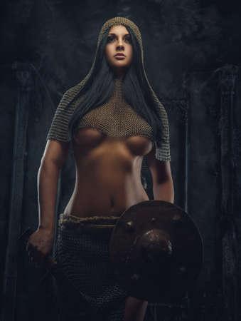 guerrero: guerrero de la mujer atractiva en la armadura de hierro tiene escudo.