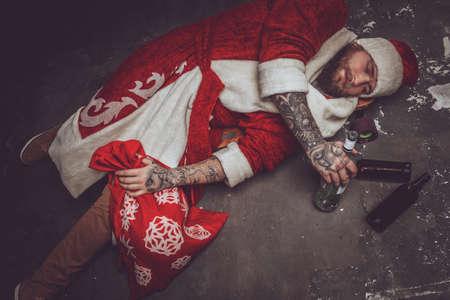 Hombre borracho en la ropa de Santa Claus.