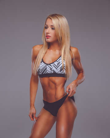 ropa deportiva: Mujer rubia atlética en ropa deportiva atractiva.