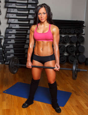 trabajando duro: La hembra atl�tica trabajando duro en un gimnasio.